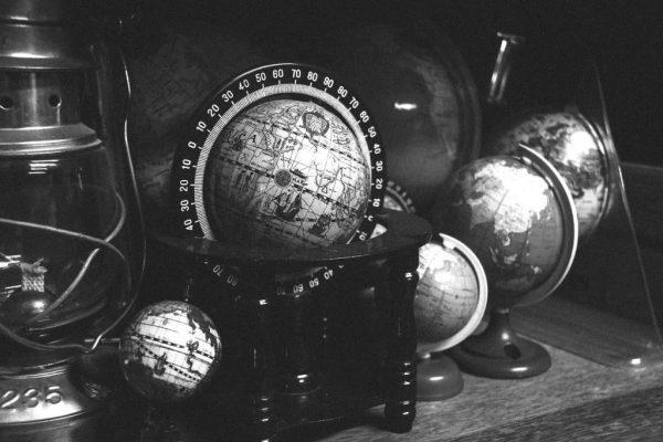 globes-918929_1280-blackwhite-1024x682